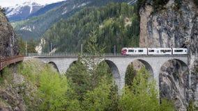 Treno del ghiacciaio sul ponte del viadotto del landwasser, Svizzera Fotografie Stock