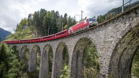 Treno del ghiacciaio sul ponte del viadotto del landwasser, Svizzera Immagini Stock