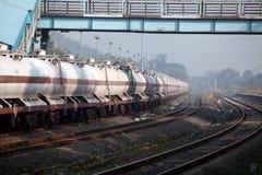 Treno del petrolio alla stazione fotografie stock