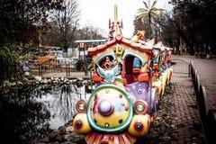 Treno del ` s dei bambini con un gallo in parco di divertimenti nella città di Kropyvnytskyi Immagine Stock Libera da Diritti