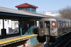 Treno del sottopassaggio B di NYC che arriva a re Highway Station a Brooklyn Fotografia Stock Libera da Diritti