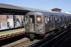 Treno del sottopassaggio B di NYC che arriva a re Highway Station a Brooklyn Immagini Stock