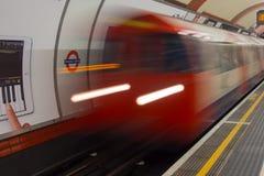 Treno del tubo del sottopassaggio di Londra Fotografia Stock Libera da Diritti