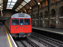 Treno del tubo di Londra nella stazione sotterranea dell'annata Fotografie Stock