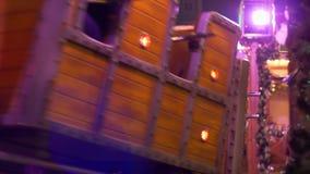 Treno dell'attrazione con i giri dei vagoni sulle rotaie con la gente turistica durante le vacanze invernali al Natale correttame stock footage