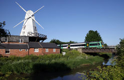 Treno dell'Inghilterra del fiume del laminatoio del mulino a vento Fotografie Stock Libere da Diritti