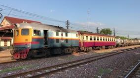 Treno della carrozza ferroviaria alla stazione ferroviaria di Lampang archivi video