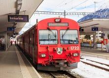 Treno della ferrovia di Rhaetian alla stazione ferroviaria di Samedan Fotografia Stock Libera da Diritti