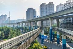 Treno della metropolitana alla stazione della metropolitana a Chongqing fotografie stock libere da diritti