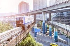 Treno della metropolitana alla stazione della metropolitana a Chongqing fotografia stock
