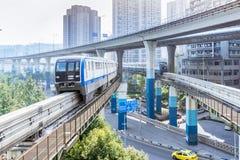 Treno della metropolitana alla stazione della metropolitana a Chongqing immagini stock libere da diritti