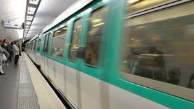 Treno della metropolitana che arriva alla stazione della metropolitana