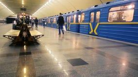 Treno della metropolitana che lascia stazione della metropolitana, binario di camminata dei passeggeri, trasporto urbano video d archivio