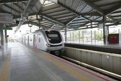 Treno della metropolitana di Mumbai che parte dalla stazione della metropolitana Immagine Stock Libera da Diritti