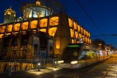 Treno della metropolitana di Oporto sul ponte del ferro di Dom Luis in Città Vecchia alla notte fotografia stock libera da diritti