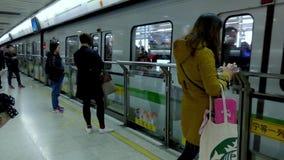 Treno della metropolitana di Shanghai video d archivio