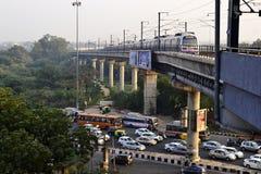 Treno della metropolitana sul ponte della ferrovia Fotografie Stock Libere da Diritti