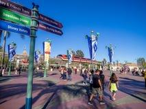 Treno della monorotaia che passa la plaza fra la terra di Disney e l'avventura di Disney California Fotografia Stock