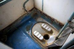 Treno della toilette in India piccola e sporca Immagini Stock