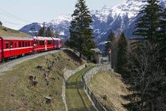 Treno delle alpi e stazione ferroviaria Fotografie Stock Libere da Diritti