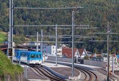 Treno delle ferrovie di Rigi al binario della stazione Fotografie Stock Libere da Diritti