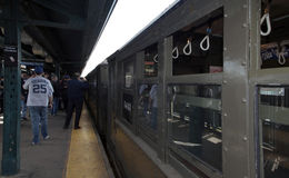 Treno di bassa tensione alla stazione di Yankee Stadium per il gioco di giorno di apertura Immagini Stock Libere da Diritti