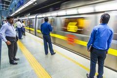 Treno di discesa della metropolitana dei passeggeri Immagini Stock