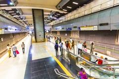 Treno di discesa della metropolitana dei passeggeri Fotografie Stock Libere da Diritti