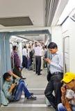 Treno di discesa della metropolitana dei passeggeri su Novembe Immagini Stock