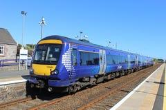 Treno di dmu di Scotrail nella stazione ferroviaria di Carnoustie Fotografie Stock Libere da Diritti