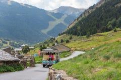 Treno di estate nella valle dei filetti do lino, Andorra DÂ'Incles di Vall, Andorra immagini stock