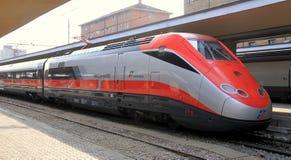 Treno di Freccia Rossa Immagini Stock