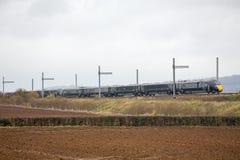 Treno di Hitachi che passa elettrificazione parzialmente completata Fotografie Stock Libere da Diritti