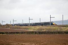 Treno di Hitachi che passa elettrificazione parzialmente completata Immagine Stock Libera da Diritti