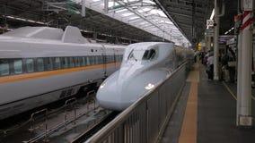 Treno di Jepenese Shinkansen che arriva ad una stazione video d archivio