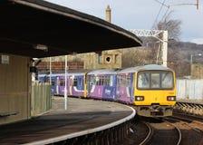 Treno di Leeds che lascia il binario 2 della stazione di Carnforth Fotografie Stock Libere da Diritti