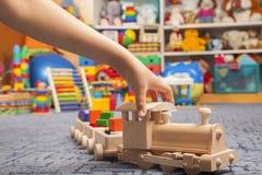 Treno di legno nella stanza del gioco Fotografie Stock