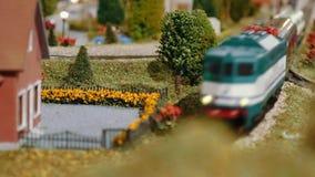 Treno di modello che passa vicino su un diorama stock footage