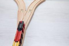 Treno di modello sul treno di legno dalla giunzione Immagini Stock Libere da Diritti