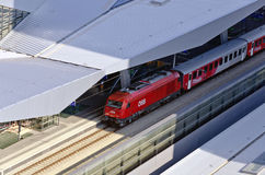 Treno di navetta rosso della città della ferrovia federale austriaca Immagini Stock Libere da Diritti