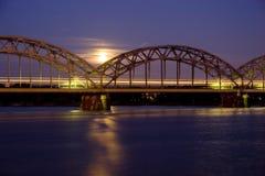 Treno di notte sul ponticello del ferro Fotografia Stock Libera da Diritti