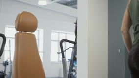 Treno di rivestimento della donna sull'apparecchiatura di addestramento stock footage