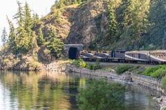 Treno di Rocky Mountaineer che attraversa through Rocky Mountains immagine stock libera da diritti