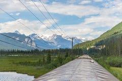 Treno di Rocky Mountaineer che attraversa through Rocky Mountains fotografie stock libere da diritti