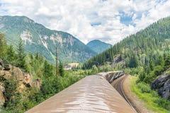Treno di Rocky Mountaineer che attraversa through Rocky Mountains immagini stock