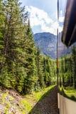 Treno di Rocky Mountaineer che attraversa through Rocky Mountains fotografia stock libera da diritti
