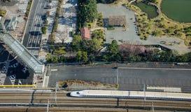 Treno di Shinkansen sulla pista a Tokyo, Giappone Fotografia Stock