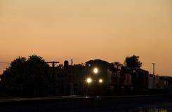 Treno di trasporto alla notte immagini stock