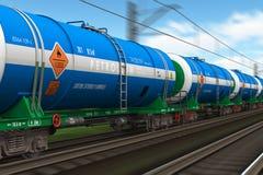 Treno di trasporto con le automobili dell'autocisterna del petrolio Fotografia Stock
