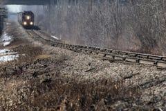 Treno di trasporto nella distanza il giorno nebbioso caldo Fotografia Stock Libera da Diritti